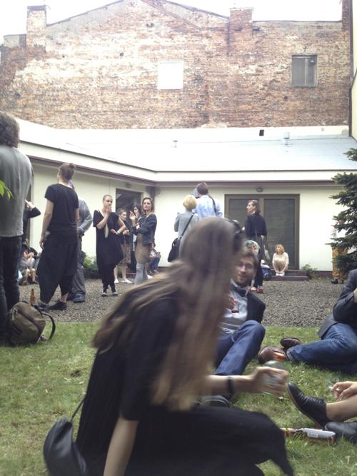 中庭で開かれたアットホームなオープニングパーティ