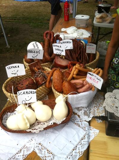 家族経営の農家さんによる自家製のベーコンやチーズ