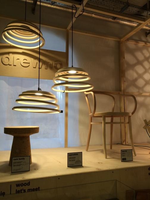 木材セクションにはフィンランドのSecto Designによるaspiri8000ランプが
