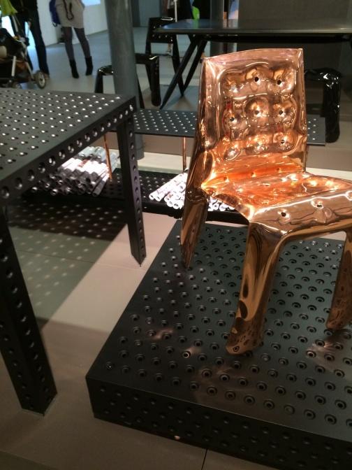 ポーランド人デザイナーOskar Zietaによる、空気で膨らんだスチール椅子。特殊な金属加工技術によるもの。