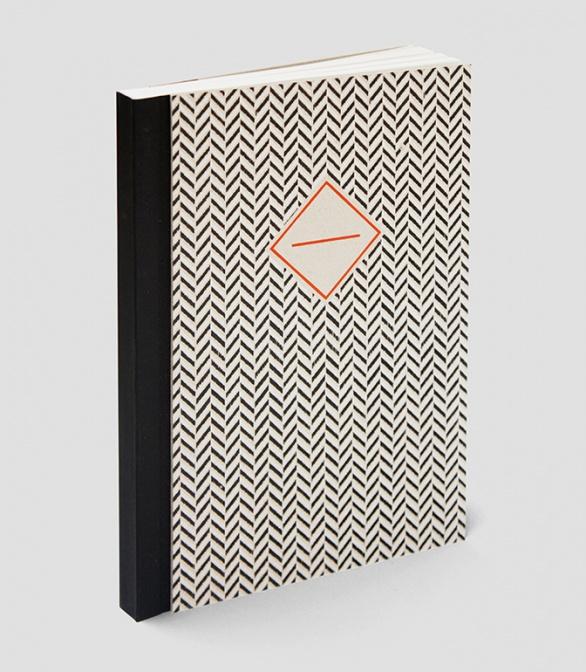 新作のヘリンボーン柄のノートブック。糸かがり綴じでつくられた200頁のノート。サイズは中(17×24 cm )40 zł © Papierówka