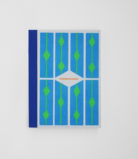 糸かがり綴じでつくられた200頁のノートの小さいサイズ(11,5×15,5 cm )30 zł © Papierówka