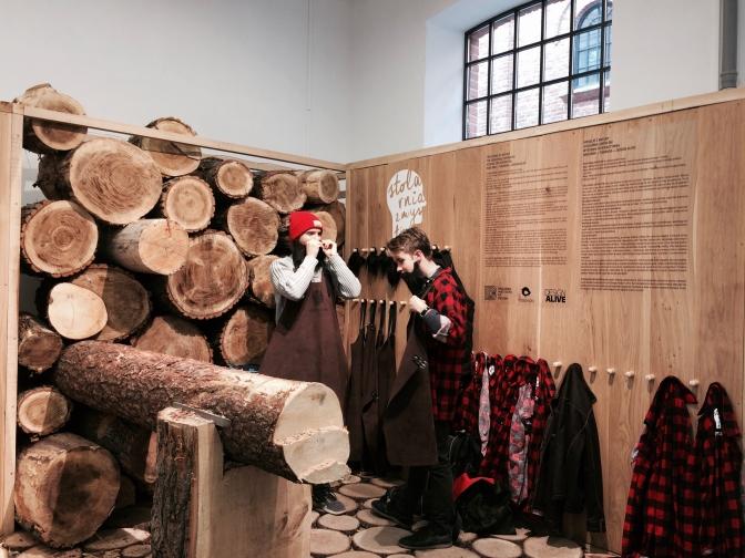 'Creations of Nature' にて。ウールのシャツに、顔には木こりのひげをつけて、木材の世界にようこそ!