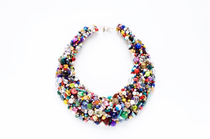 カリーナが14年かけてコレクションした様々な半貴石やビーズを使ったネックレス。制作には3週間ほどかかるそう。