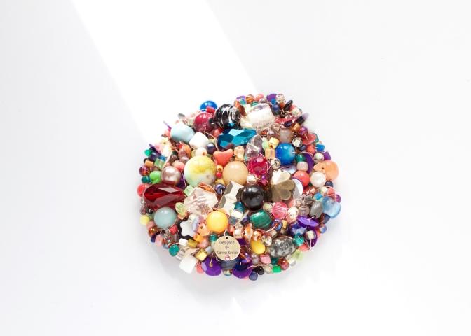 カリーナが12年かけてコレクションした様々な半貴石やビーズを使ったネックレス。