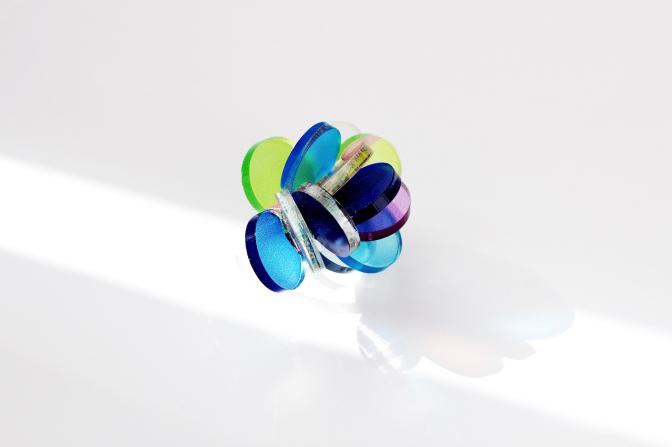 プラスチック素材に特殊な色付けをしたリング。