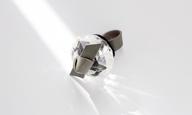 ツイステッドリング 大きなリングは光で表情が変わり、サイズの調整も可能。