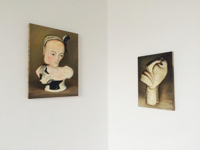 (写真左)Untitled, 2016 Oil on canvas/40 × 30 cm 高さ19cmのドリスデンのザクセン磁器の小さな像は、1872年以降に製作されたもの。1943年にパリもしくはアムステルダムにて消失。(写真右)Untitled (after Otto Freundlich),ポーランド出身の画家・彫刻家オットー・フロイントリッヒ(Otto Freundlich/1878-1943)は、ピカソやブラックとならびヨーロッパの非具象派芸術の先駆者でした。作品の大部分はナチスによって破壊され、1943年にポーランドの収容所で亡くなりました。