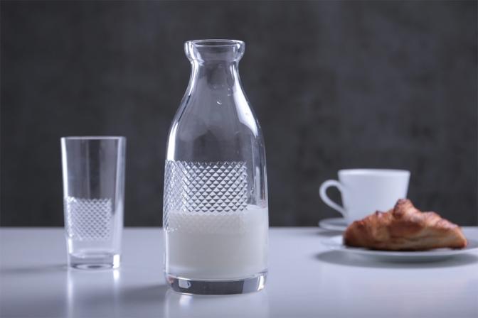 クラシックなミルク瓶をもとにした素朴なフォルムと、繊細なカットガラスが絶妙なバランス。