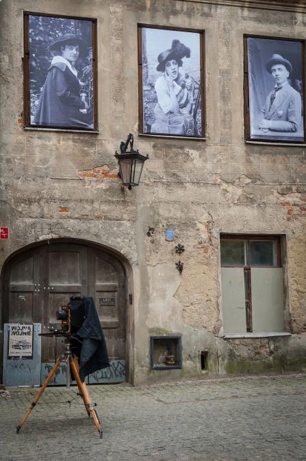 アトリエがある建物の壁にあるレトロなポートレートが目印。