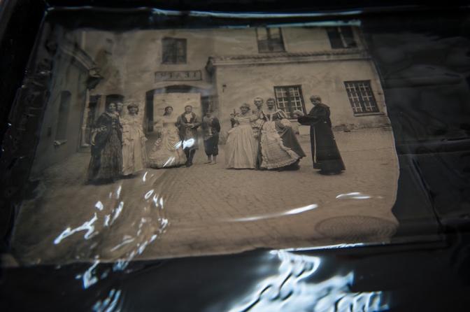 ガラス板に写真が浮かび上がる。