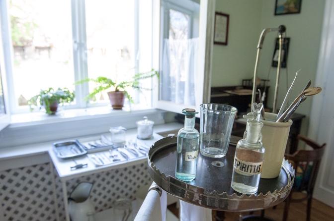 当時の歯科医院。ヴィンテージの薬品のボトルやビン。