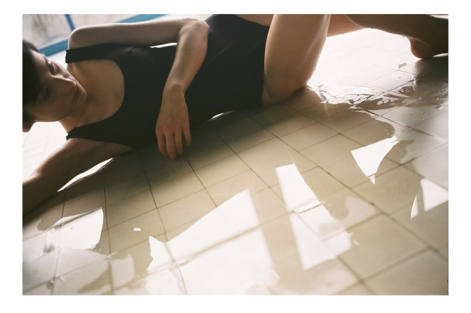 ニーナ・ スポーティタイプの一番シンプルなタイプ。計算されたカットが体型をきれいにみせてくれる。Bodymaps SS17  photo by Kuba Dąbrowski /
