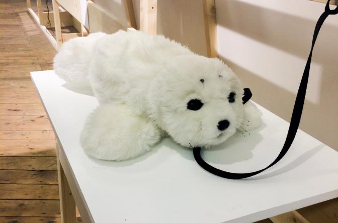日本が開発した世界一の癒しロボットといわれる、パロも会場に。