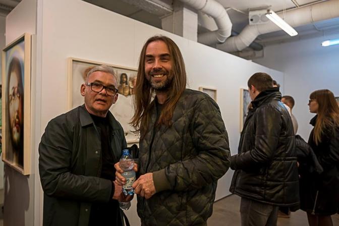 写真右:パヴェウ・ヤシュチュク。10月27日オープニングにて。photo by Leica 6x7 Gallery Warszawa